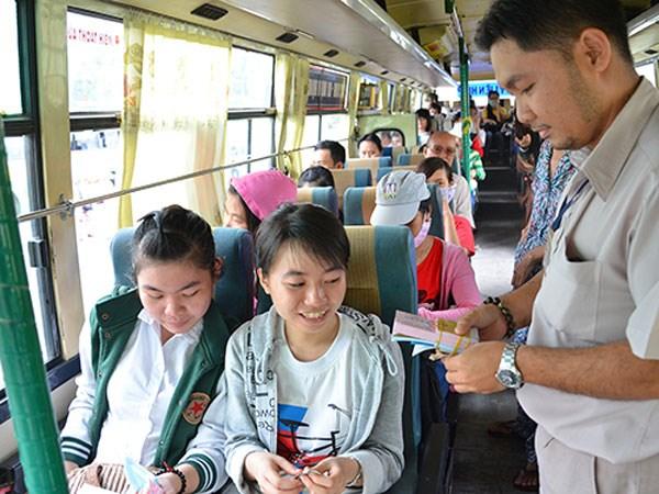 Bạn cần chọn trang phục nên gọn gàng, thoải mái, đơn giản khi đi xe bus